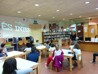 Visita i activitat de cerca d'informació a la biblioteca  Joan Oliva.