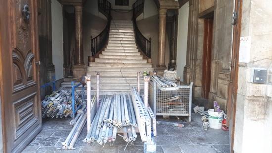 Restaurem l'entrada de l'edifici de secundària