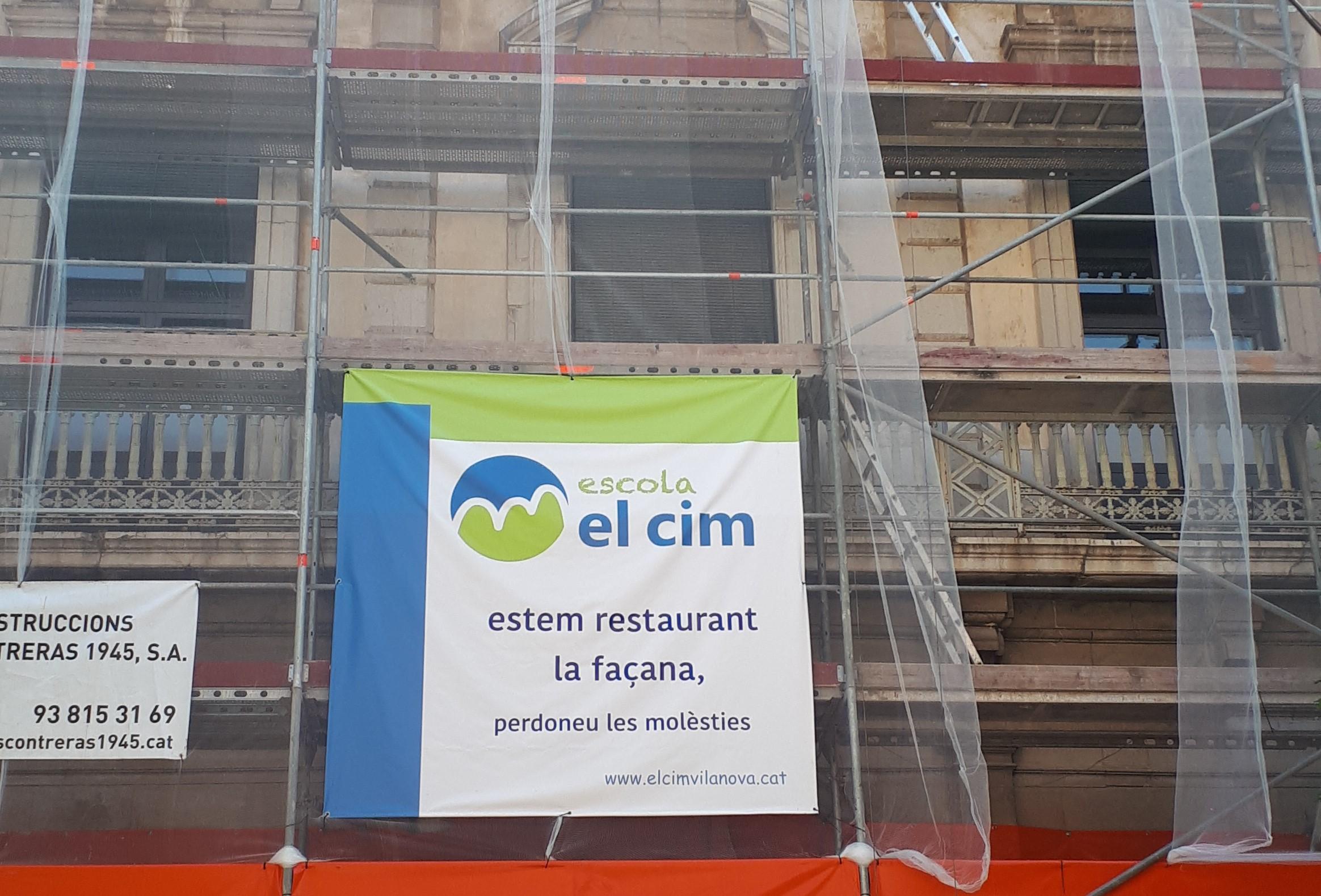 Restauració de la façana de la plaça dels cotxes de l'escola El Cim