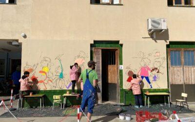 En Joan Turu ens ajuda a fer un mural
